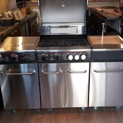 מטבח חוץ נרוסטה 430 כולל גריל 4 מבערים ,מבער אחורי,שיפוד חשמלי מסתובב,כירת גז ,פלנצה למעורב נשלפת ומדפים נוספים מתפרקים ב6500שח