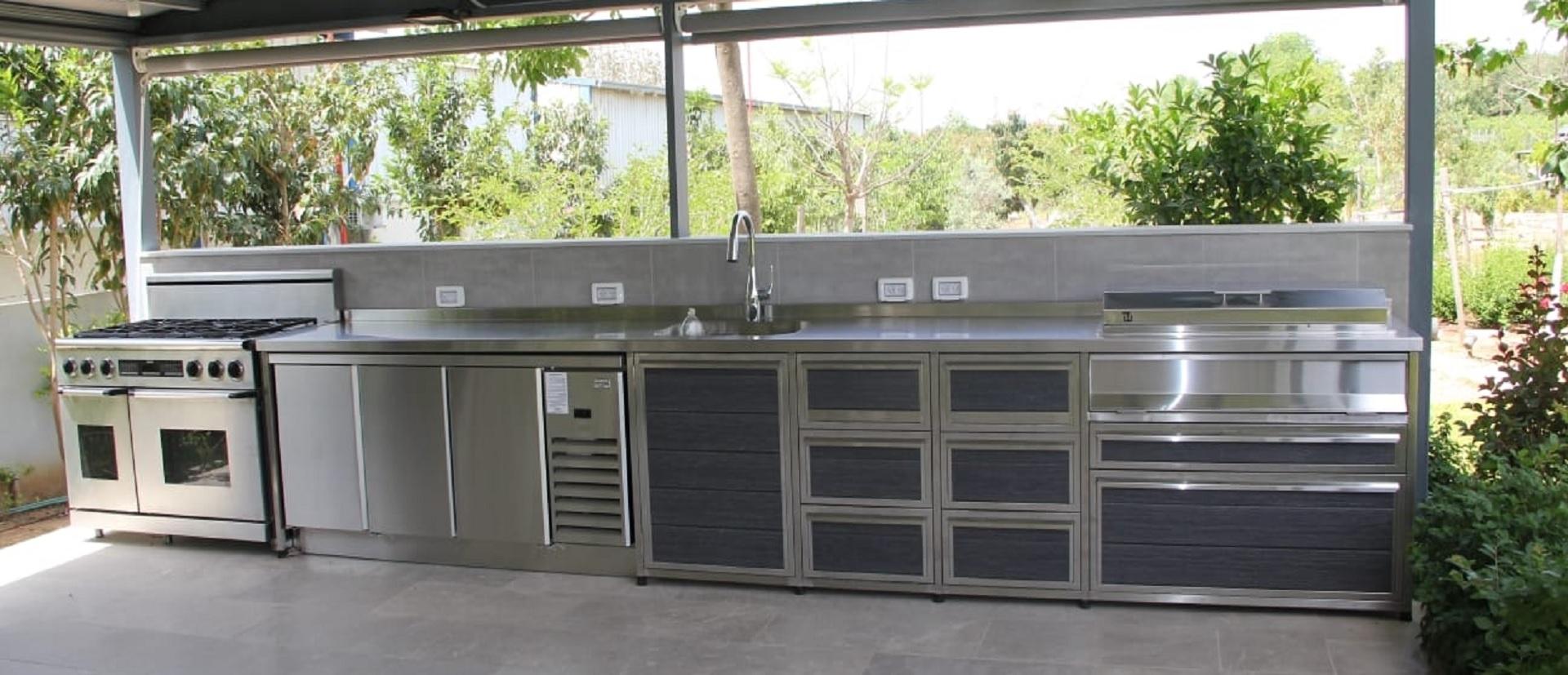 מטבח חוץ נירוסטה מפואר בשילוב תנור מובנה מקרר 3 דלתות נירוסטה וגריל