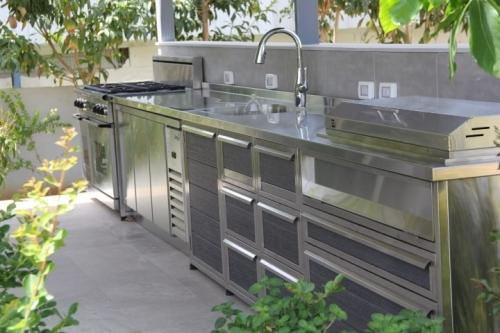 מטבח חוץ נירוסטה מפואר בשילוב תנור מובנה מקרר 3 דלתות נירוסטה וגריל(3)